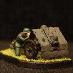 Масштабная модель. Немецкое 75-мм пехотное орудие с расчетом.